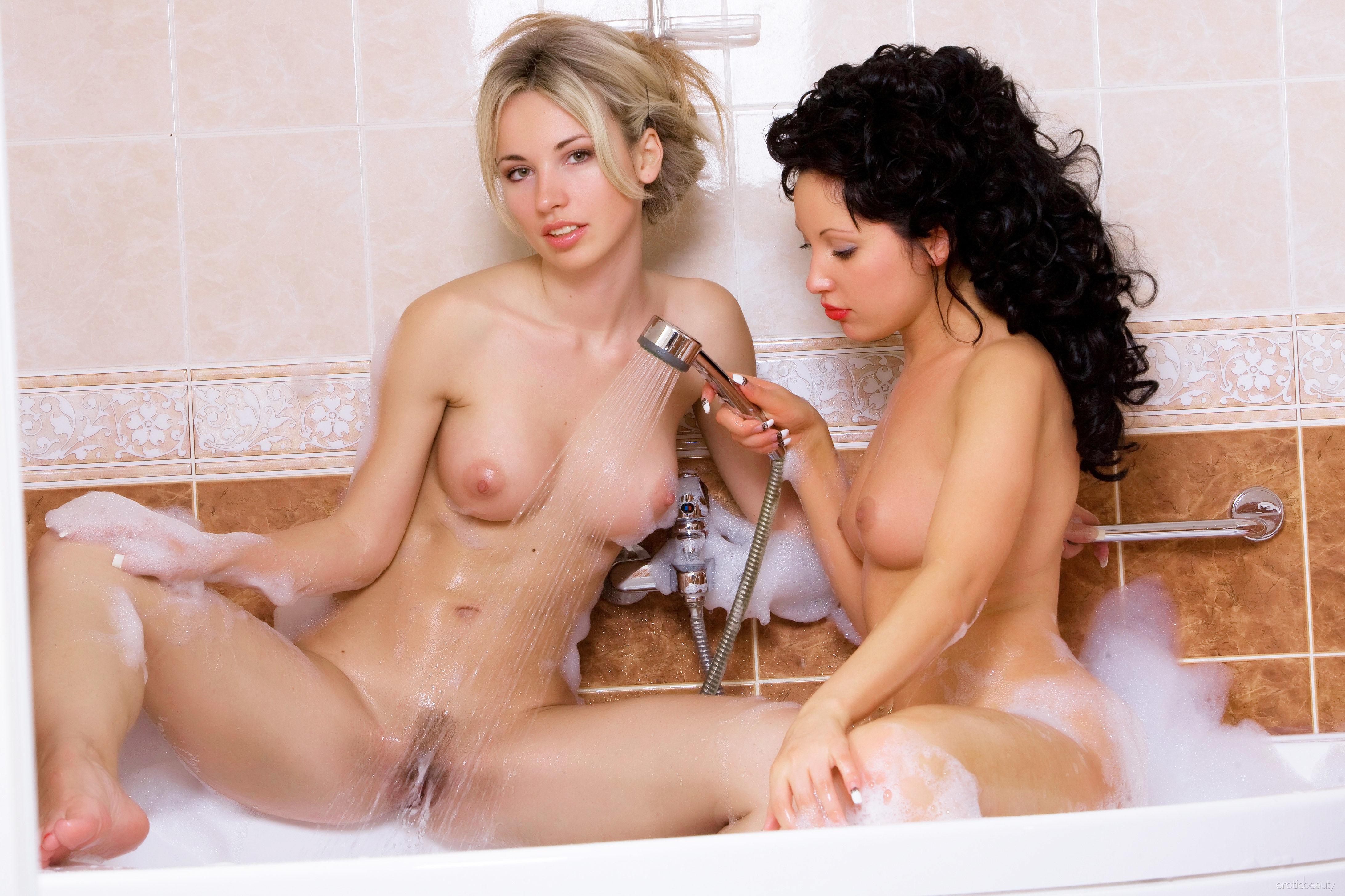 2 женщины моются в в ванной порно