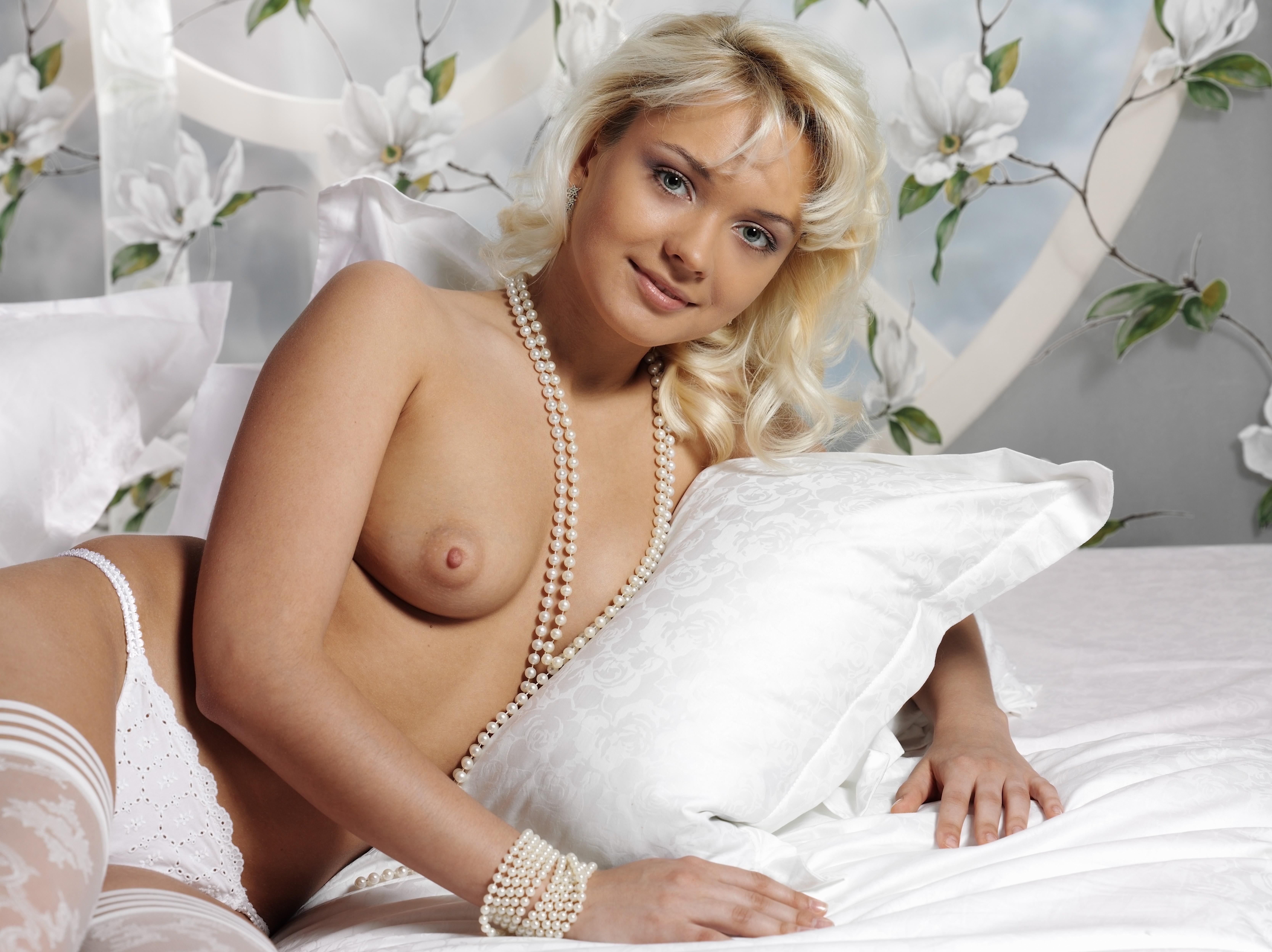 Шикарная блондинка в чулках 20 фотография