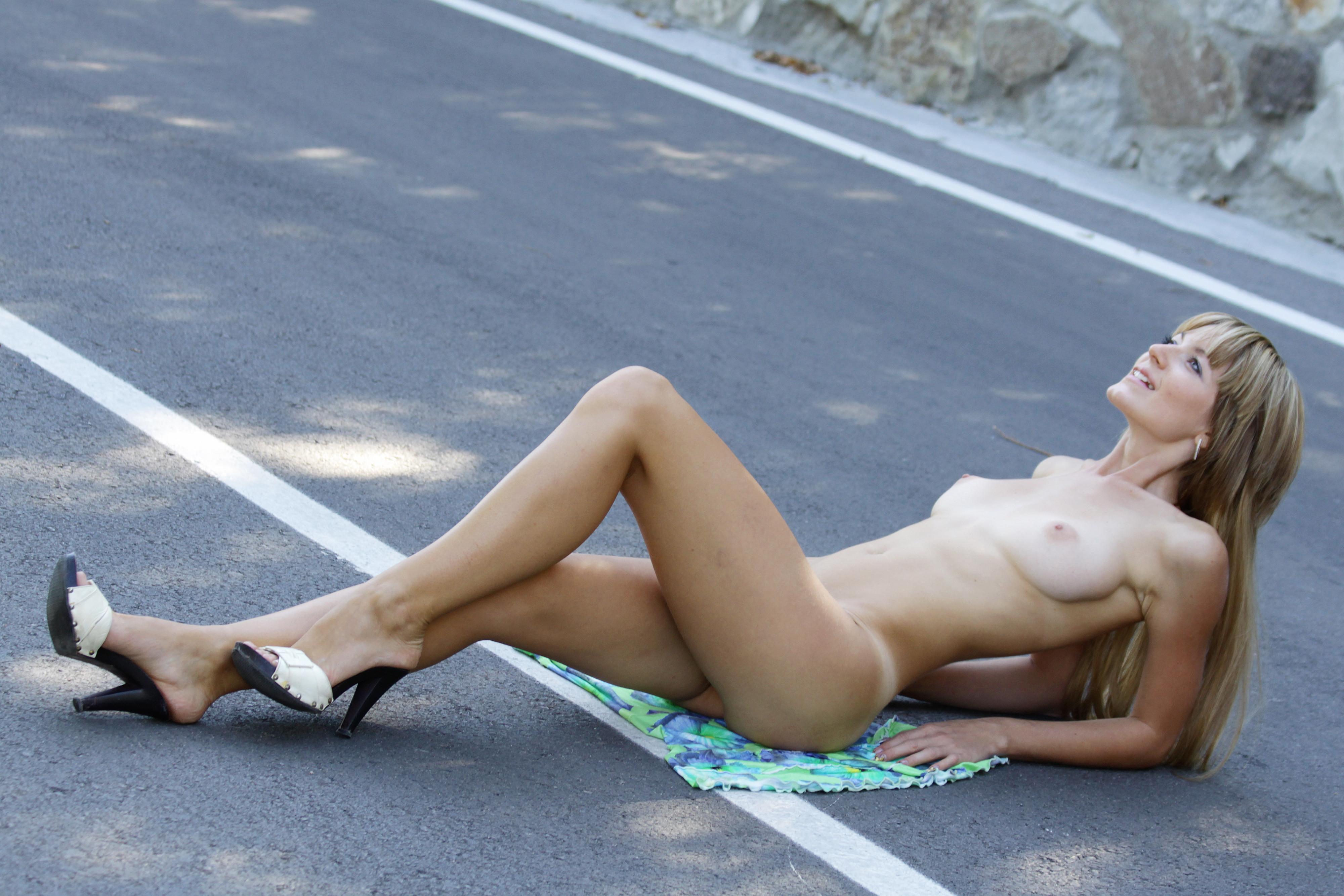 на голые дороге девченки